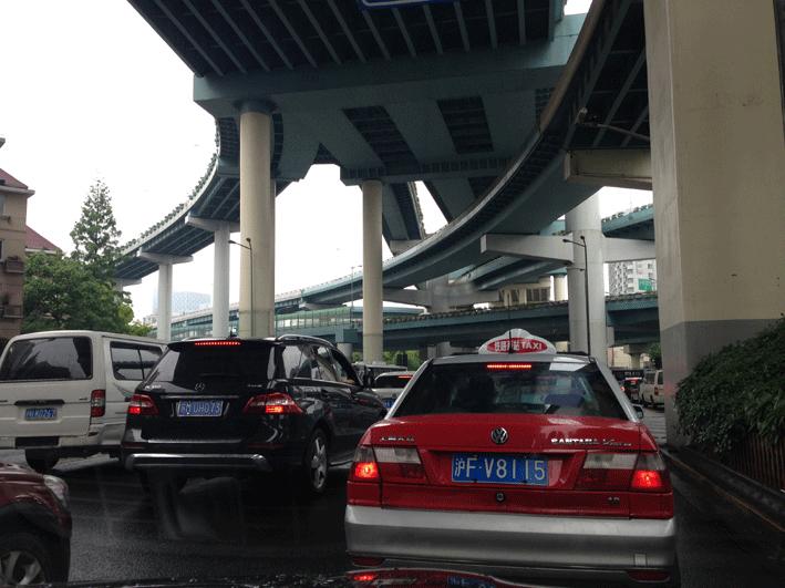 Autofahren in Schanghai Autos unter einer Brücke