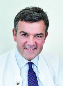 Hamburg, den 18.09.2009: Dermatologikum Hamburg Prof Dr. med V. Steinkraus (Gruender des Dermatologikums Hamburg) bei der Untersuchung (Hautanalyse) einer Patientin