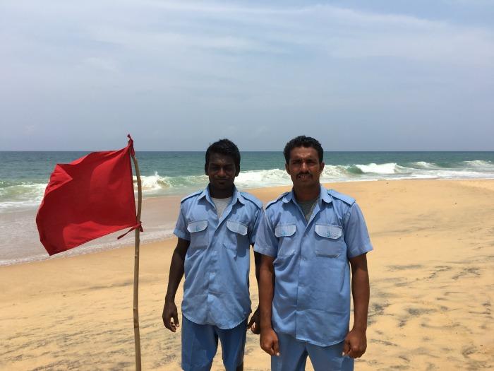 Badeverbot – das Meer zeigt Flagge: Mindestens ein Mal pro Saison springt Sagi (links) in die Wellen, um jemanden zu retten ©estherlangmaack