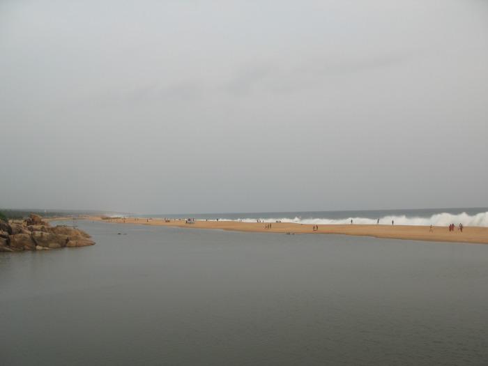 Meterhohe Brecher rollen hier an den Strand ©estherlangmaack