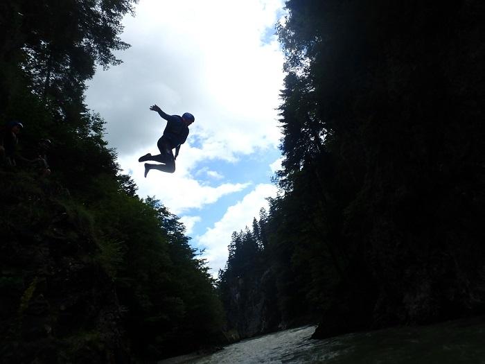 Sommerurlaub in Tirol - Sprung ins Wasser