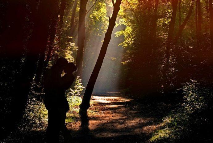 Fremdgehen - heimliche Küsse im Wald