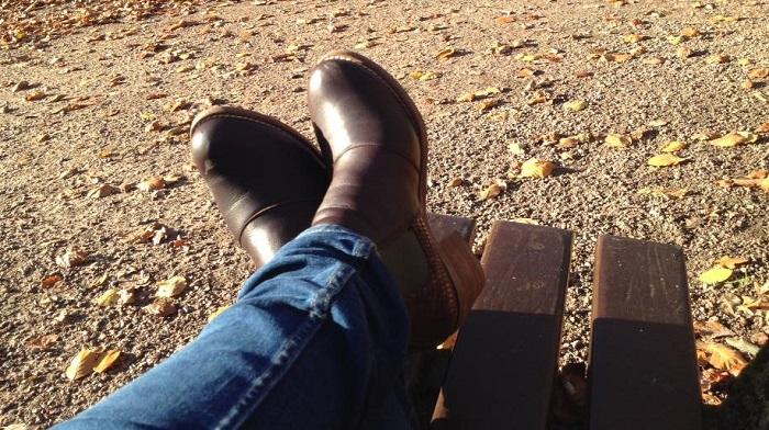 Sensible Füße im Herbst