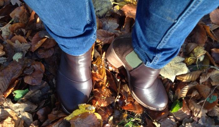 Sensible Füße im Laub