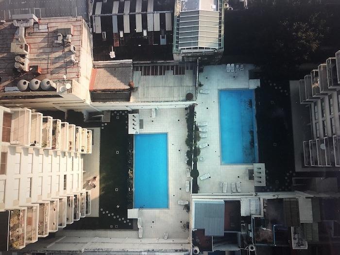 Blick vom Hochhaus auf den Pool Sabbatjahr 40-something.de